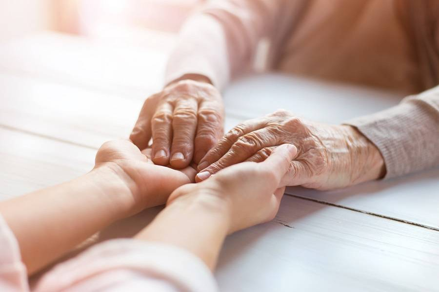 这些失去记忆的父亲们,也许需要智慧养老的帮助