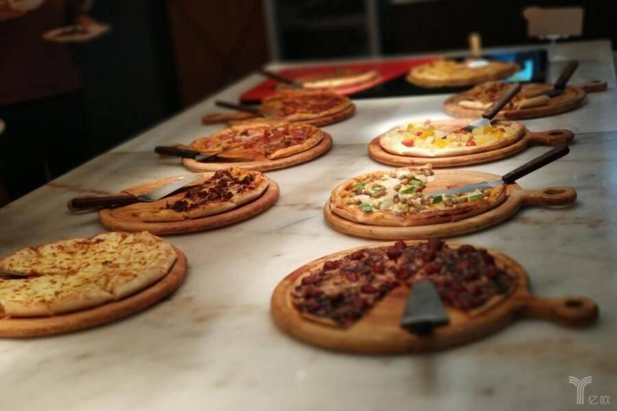 从被加盟商反收购到本土No.1,Boston Pizza对出海中餐本地化有何启示