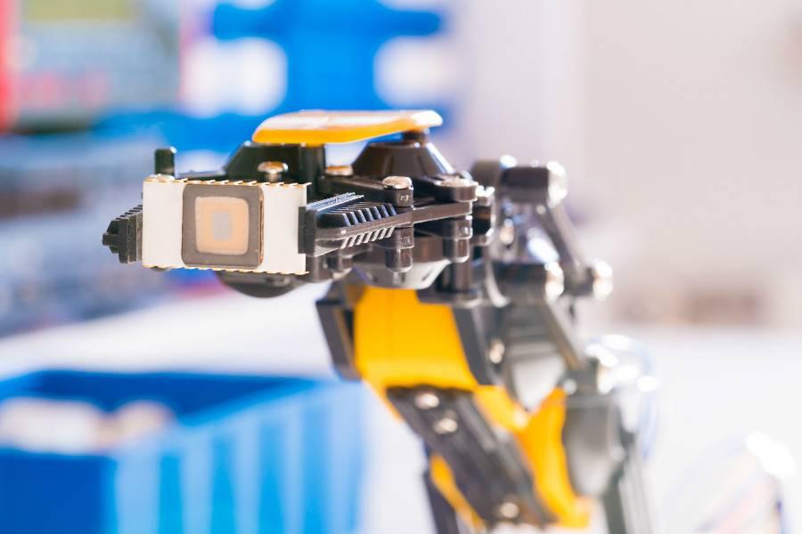 机器人手臂中的IC电子芯片,机器人核心零部件国产化,国家政策,市场研发,工艺差距,价格战