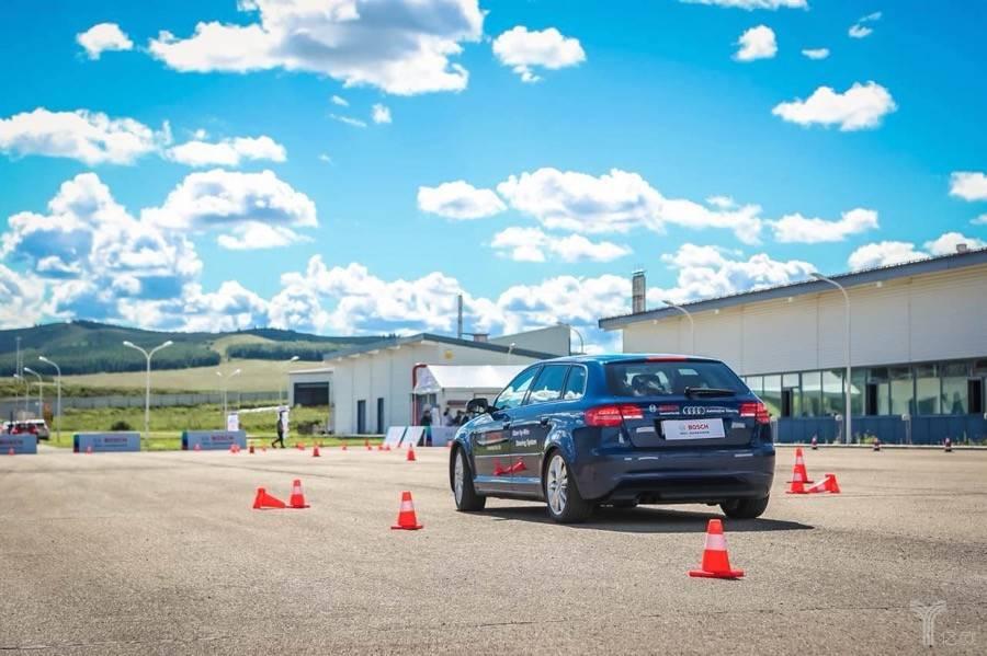 在博世的牙克石测试中心,我们体验了一辆向左打往右走的奥迪A3