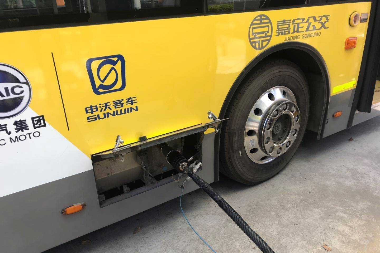一辆申沃氢燃料电池公交正在加氢