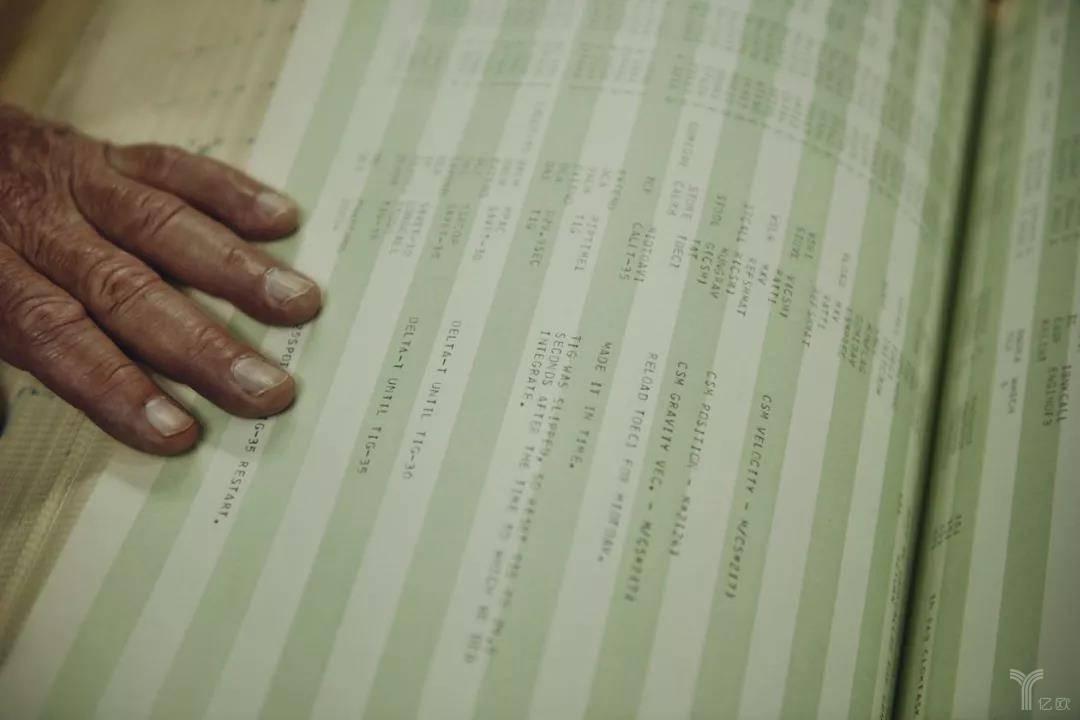 一份18英寸厚的打印文件显示了控制阿波罗登月舱降落到月球的部分计算机代码