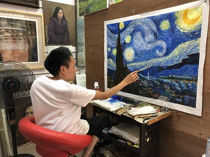 杨明正在临摹《星月夜》