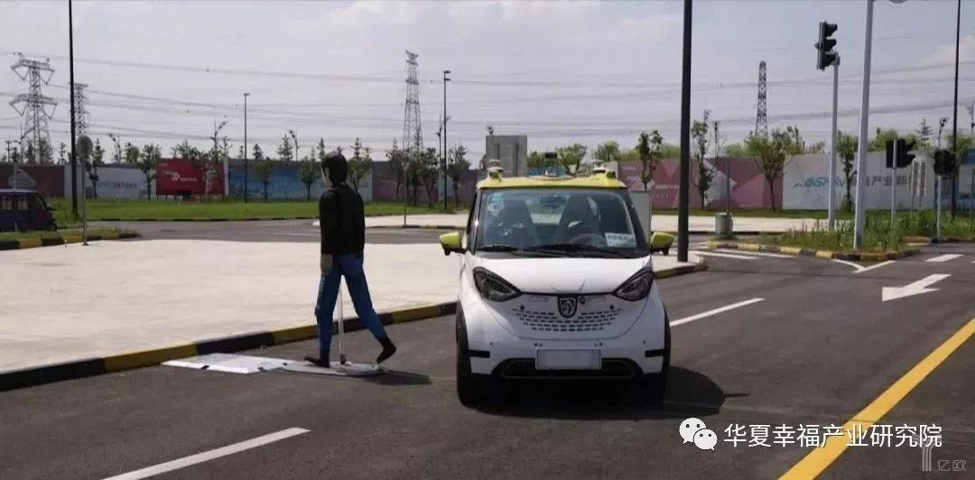 亿欧智库:嘉善5G无人车礼让行人路测