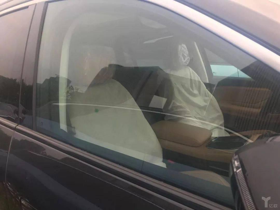 从车窗可以清楚地看到座位上的防尘罩