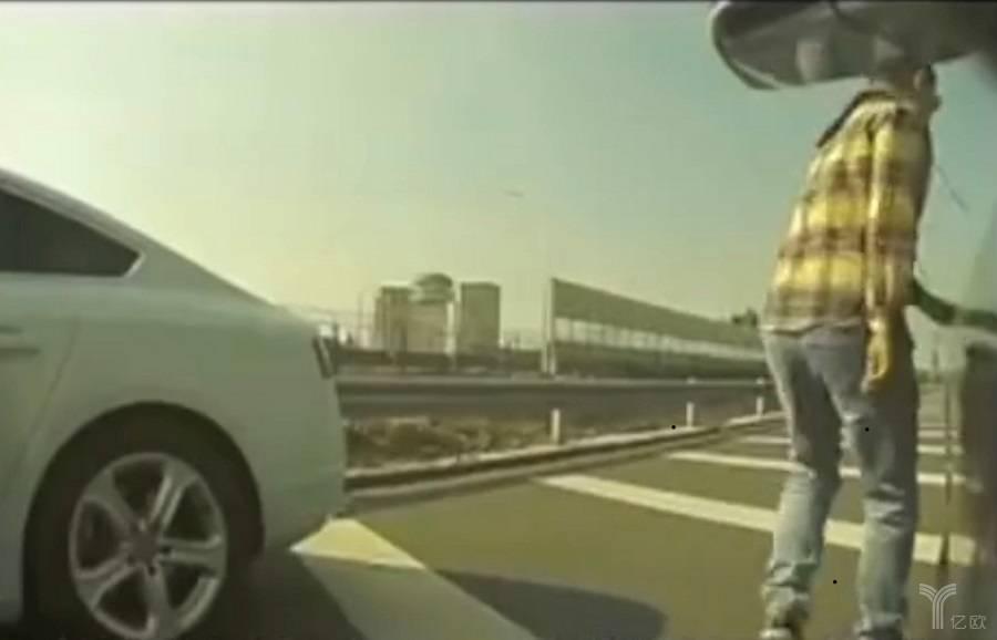 特斯拉车主上传的视频截图