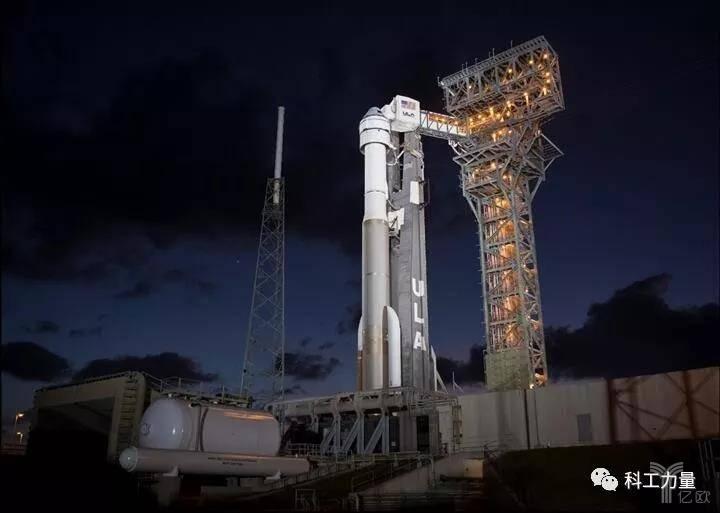 """发射工位中的宇宙神-5火箭、半人马座上面级和""""星际客机""""飞船"""
