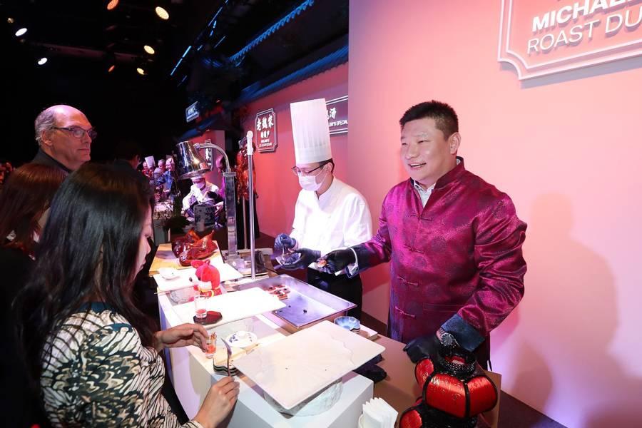 """正在""""摆摊""""的宝马(中国)汽车贸易有限公司总裁刘智"""
