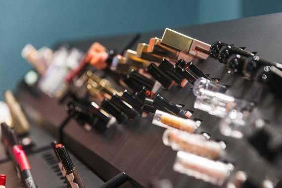 133岁的雅芳卖身巴西化妆品巨头,后者开启全球买买买模式