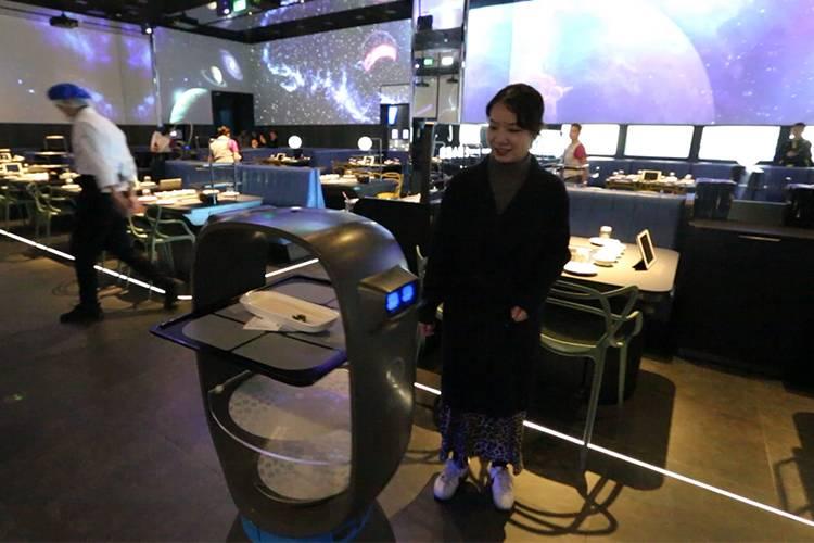 重庆妹子探店海底捞智慧餐厅,切肉、传菜都是机器干